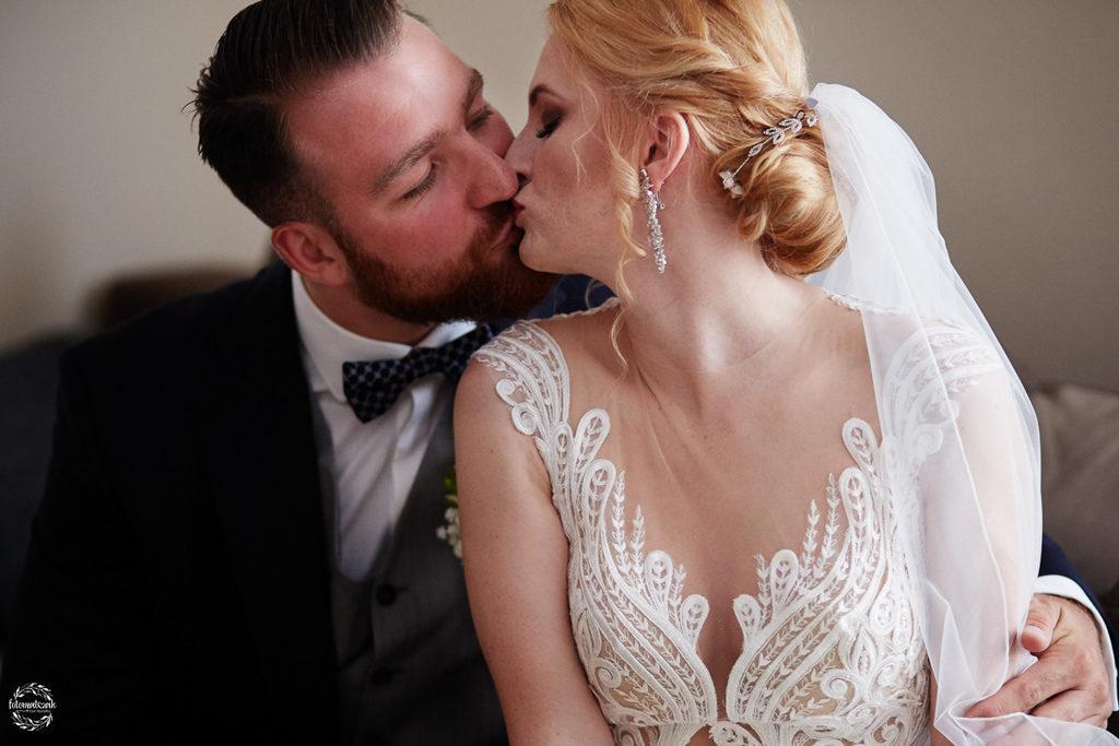 fotografia ślubna Grudziądz - pocałunek pary młodej