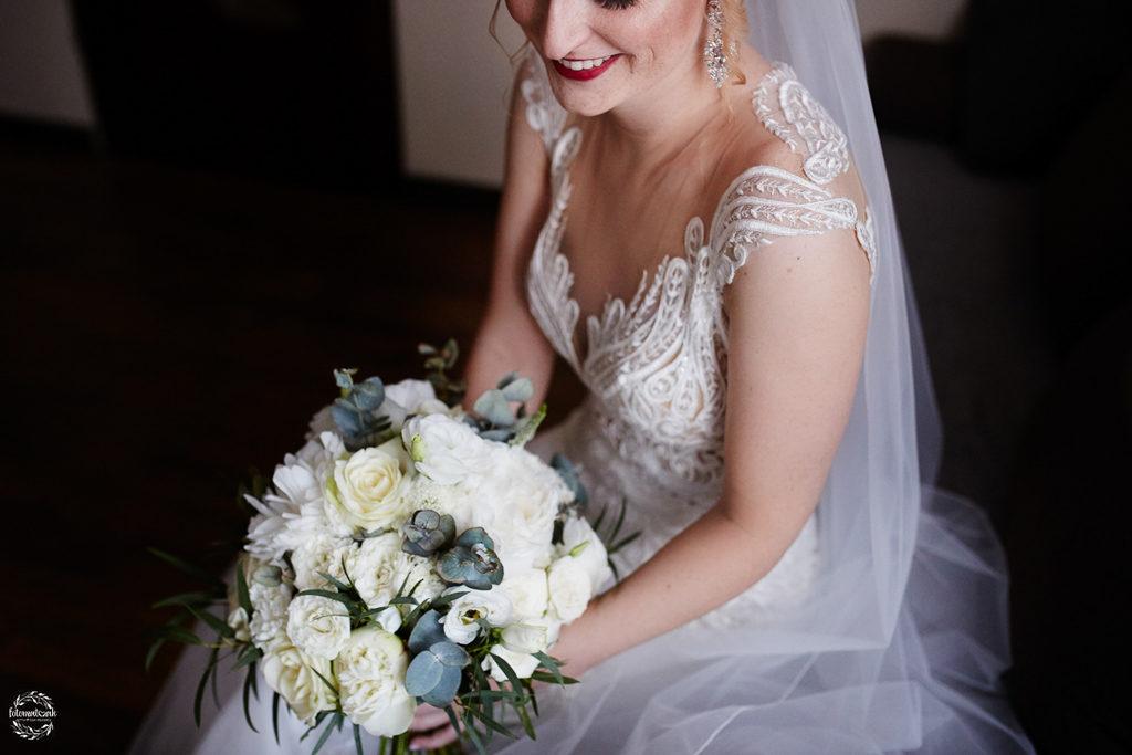 fotografia ślubna Grudziądz - portret panny młodej - bukiet ślubny