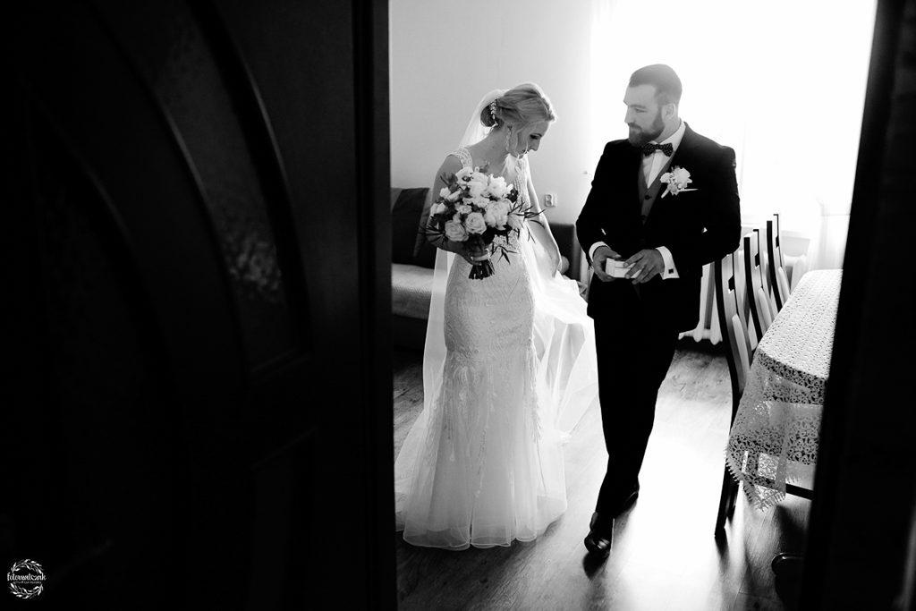 fotografia ślubna Grudziądz -para młoda - wyjście do kościoła