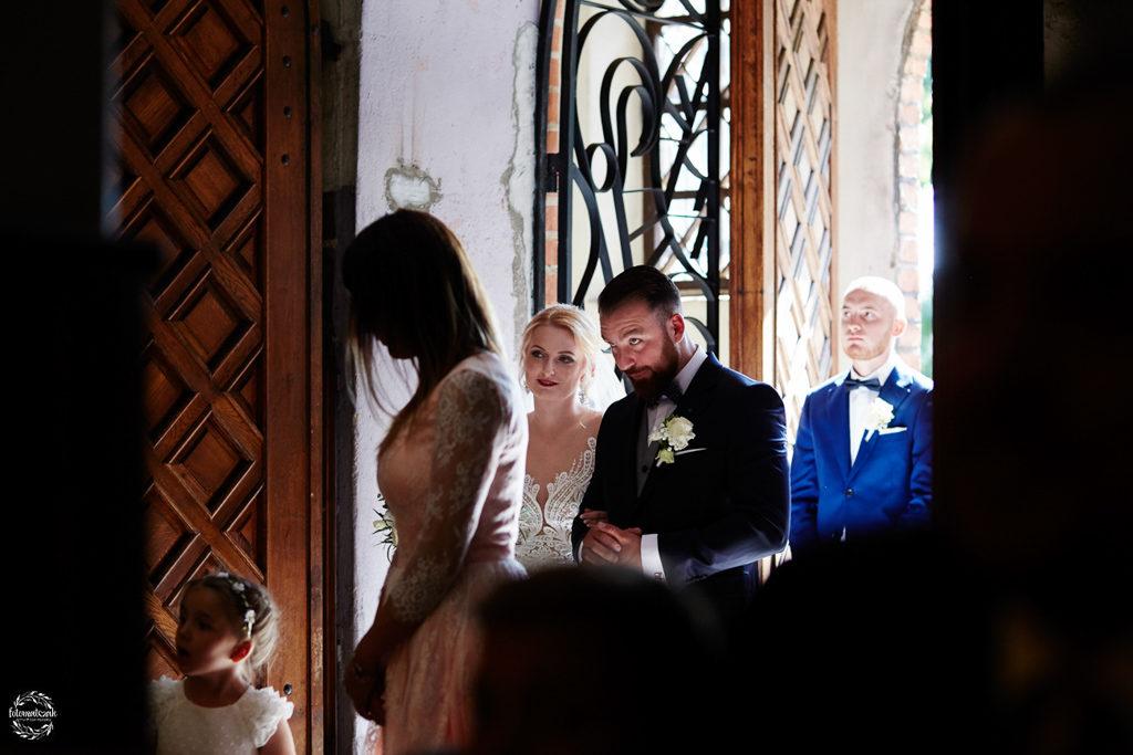 fotografia ślubna Grudziądz - para młoda - msza święta