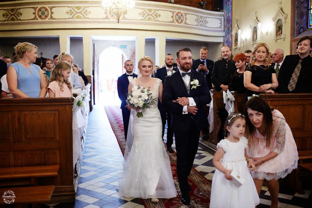 fotografia ślubna Grudziądz - wejście do kościoła - para młoda