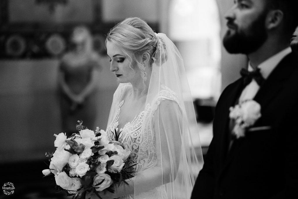 fotografia ślubna Grudziądz - panna młoda w kościele