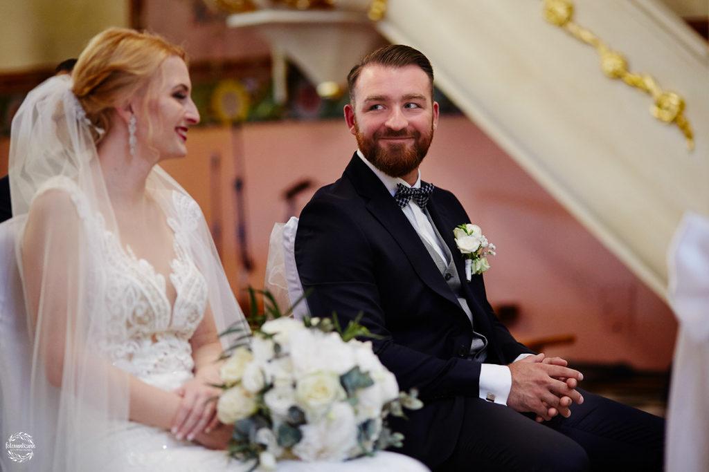 fotografia ślubna Grudziądz - ślub w kościele - uśmiech pana młodego