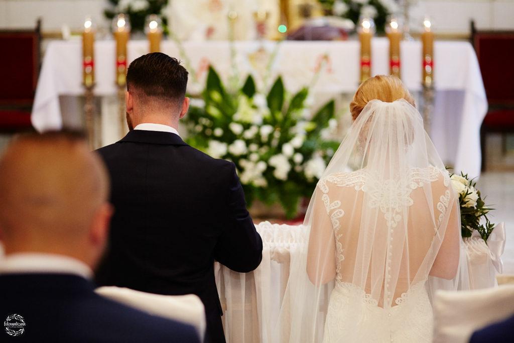 fotografia ślubna Grudziądz - msza świeta - para młoda