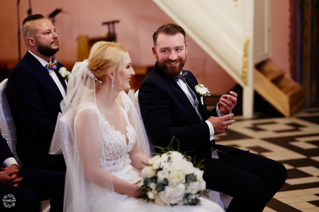 fotografia ślubna Grudziądz - msza święta - uśmiechnięta para młoda 3