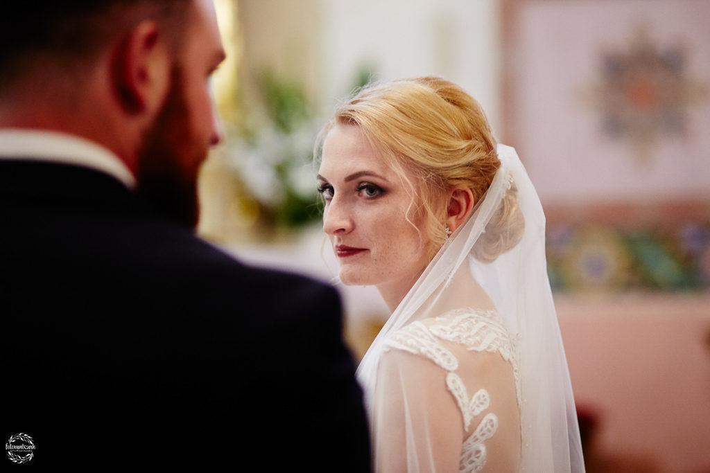 fotografia ślubna Grudziądz -portret panny młodej w kościele