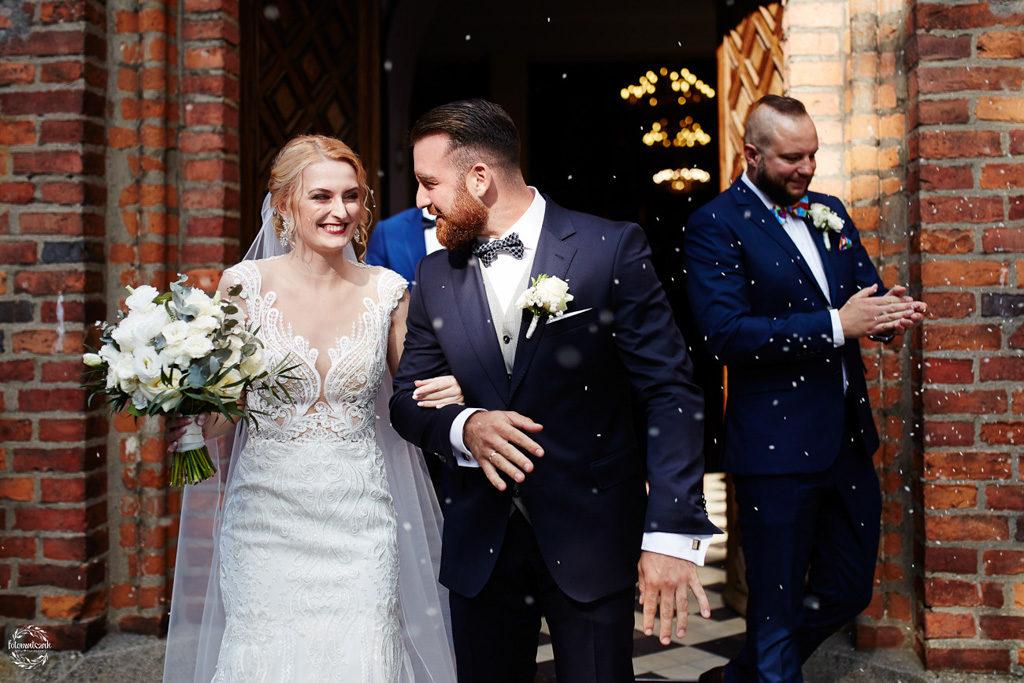 fotografia ślubna Grudziądz - wyjście z kościoła pary młodej
