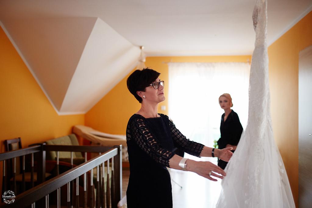 fotografia ślubna Grudziądz - suknia ślubna- mama panny młodej - teściowa
