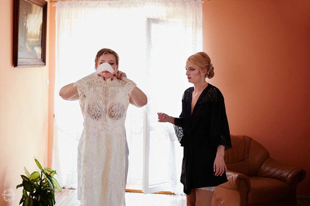 fotografia ślubna Grudziądz - przygotowania do ślubu - suknia ślubna