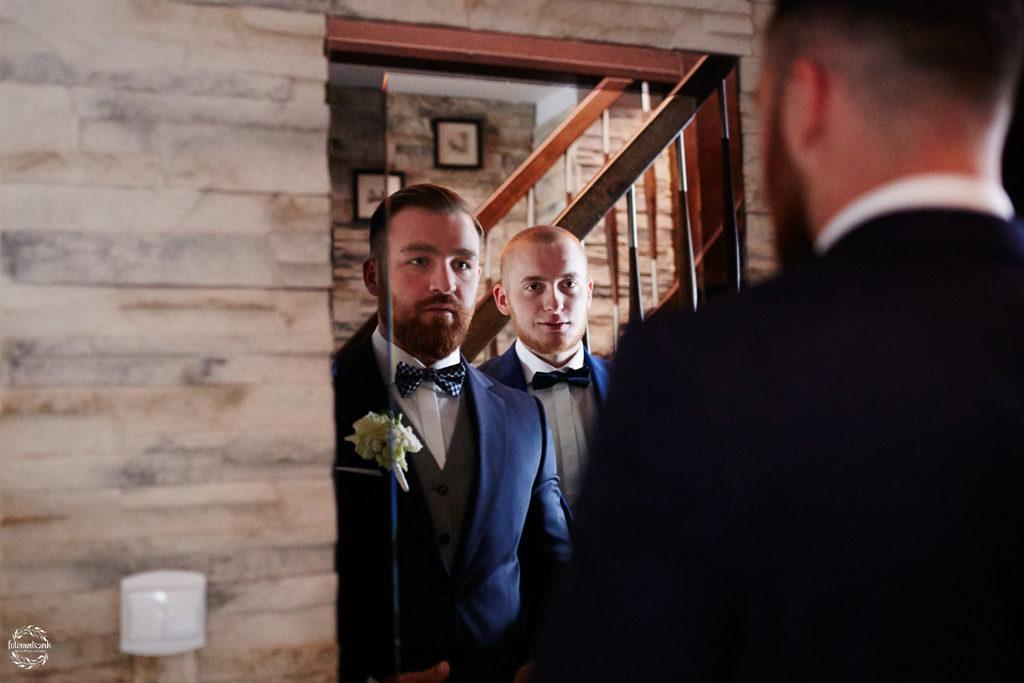 fotografia ślubna Grudziądz - pan młody ze świadkiem