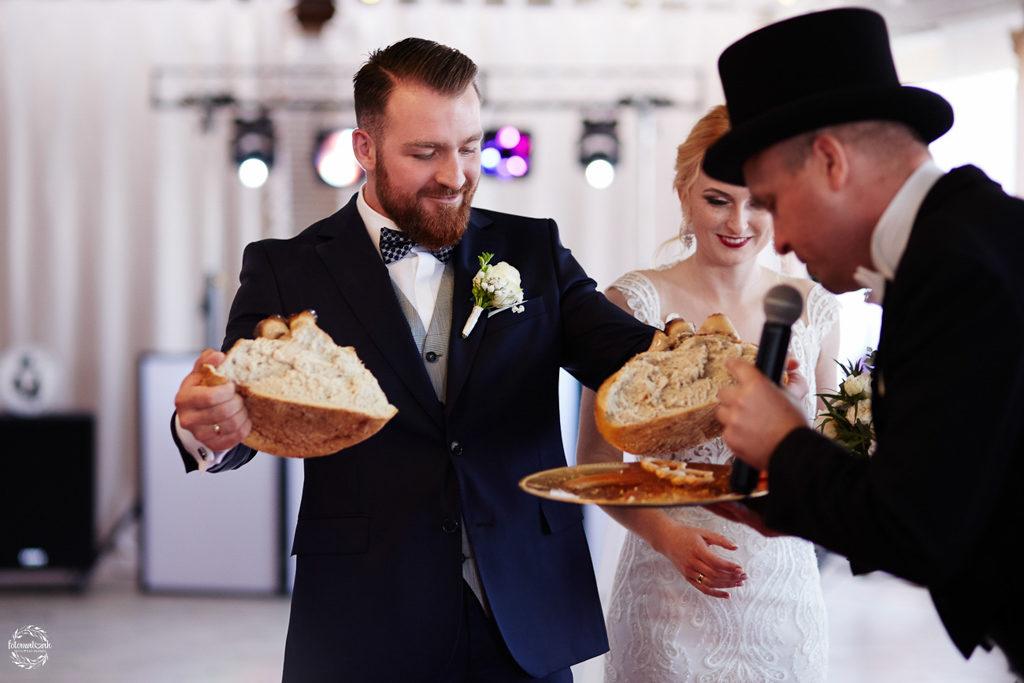 fotografia ślubna Grudziądz - Hotel Przystań - Kikół - sala weselna - dzielenie się chlebem