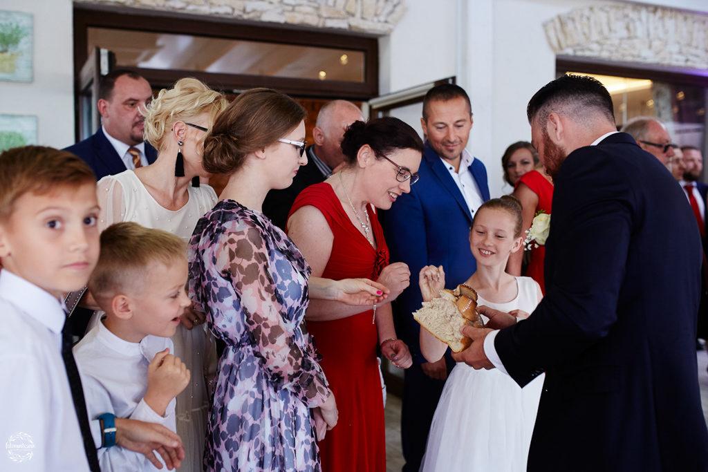 fotografia ślubna Grudziądz - Hotel Przystań - Kikół - sala weselna - dzielenie się chlebem 2