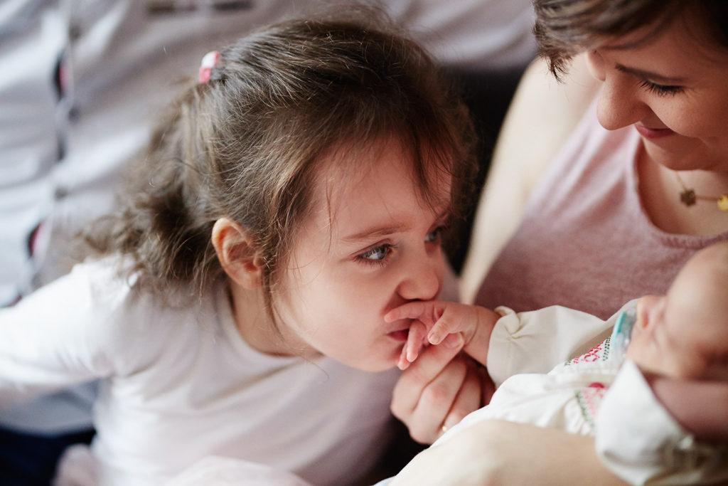 sesja rodzinna Grudziądz - starsza siostra całuję młodszą siostrę