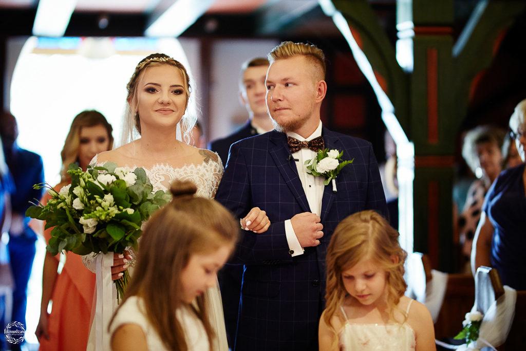 ślub i wesele w Grudziądzu - para młoda - wejście do ołtarza